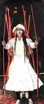 Carmen Rodina in dem Stück QUEST mit Theater Salpuri